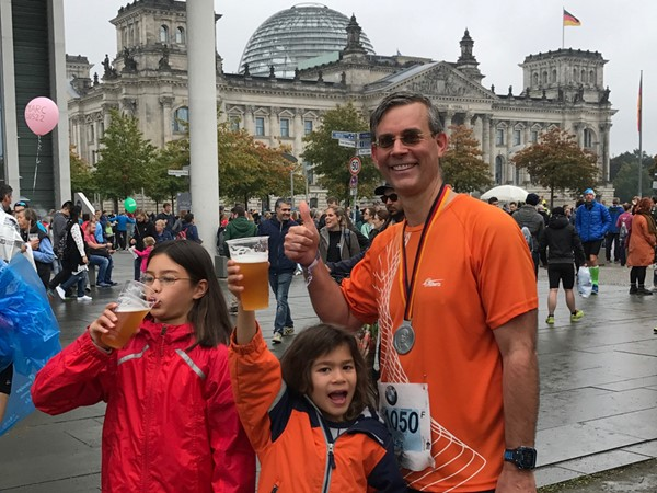 Lars celebrating with Aurora and Nils after completing Berlin Marathon last year